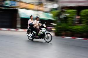 Une moto en mouvement peut-être difficile à suivre pour une caméra (Chiang Mai, Thaïlande)