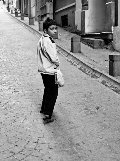 Un enfant dans une rue de Galata à Istanbul