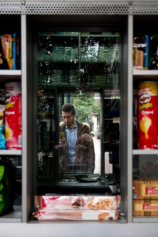 Passant devant un kiosque