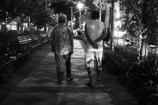 Couple marchant dans le parc Sara D. Roosevelt