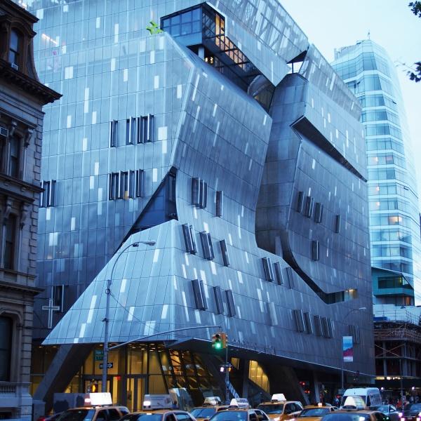 Édifice moderne à New York en début de soirée
