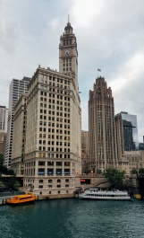 L'édifice à droite est le Chicago Tribune, célèbre pour son style néo-gothique appliqué à un gratte-ciel